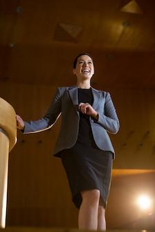Weibliche geschäftsführerin, die eine rede im konferenzzentrum hält