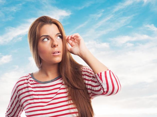Weibliche haare bürsten in gedanken