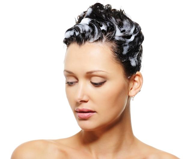 Weibliche haare mit einem shampoo darauf