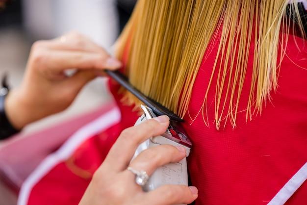 Weibliche haarfrisur. dienstleistungen im schönheitssalon.