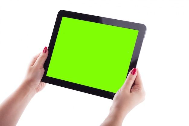 Weibliche hände auf dem weiß, das tablettenbild hält