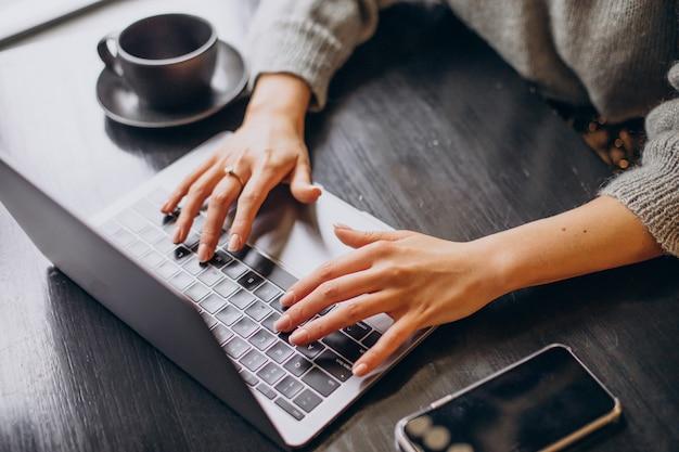 Weibliche hände, die auf computertastatur schreibentyp