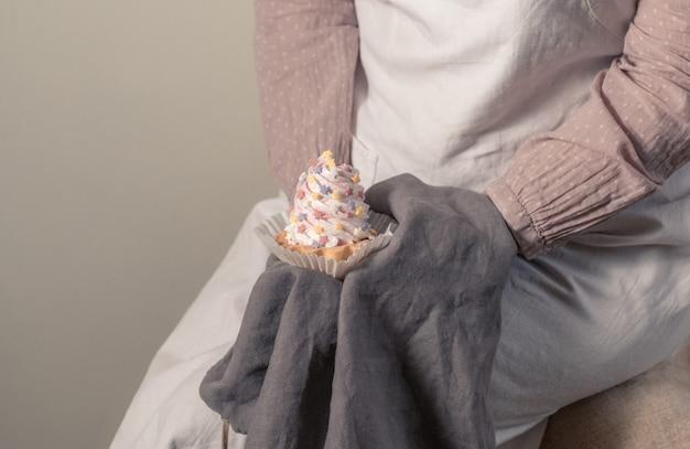 Weibliche hände, die einen weißen kuchen für babyparty-partei halten