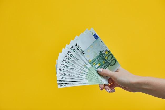 Weibliche hände, die eurobanknoten halten
