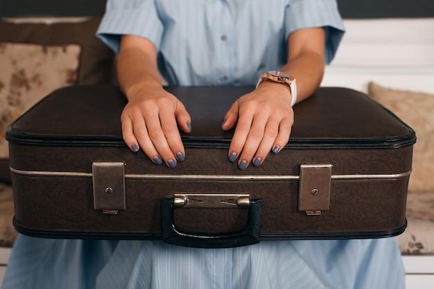 Weibliche hände, die gepäck anziehen.