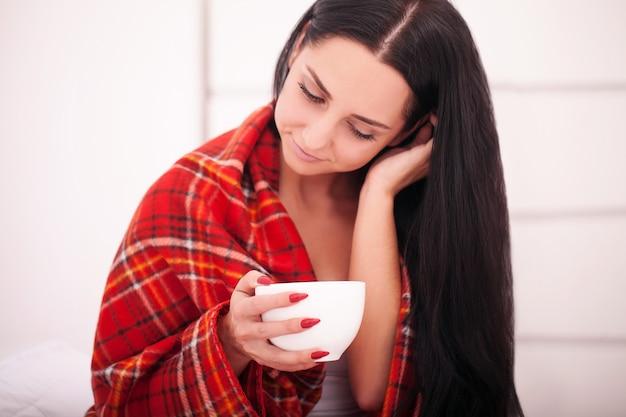 Weibliche hände, die glückliche junge frau des schokoladenwinter- und -weihnachtskonzeptes der heißen getränke halten