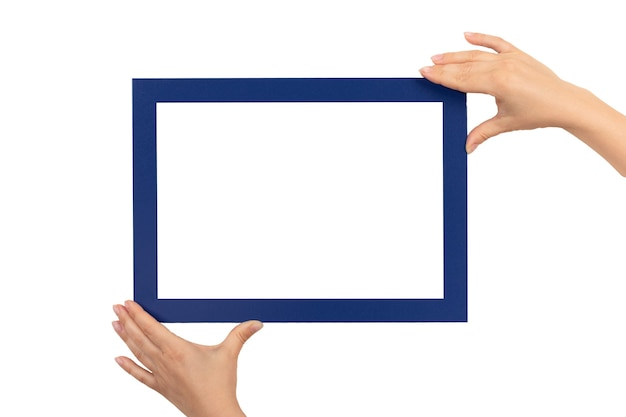 Weibliche hände, die modellzertifikat, diplom, bild, dankbarkeitsrahmen lokalisiert auf weiß halten