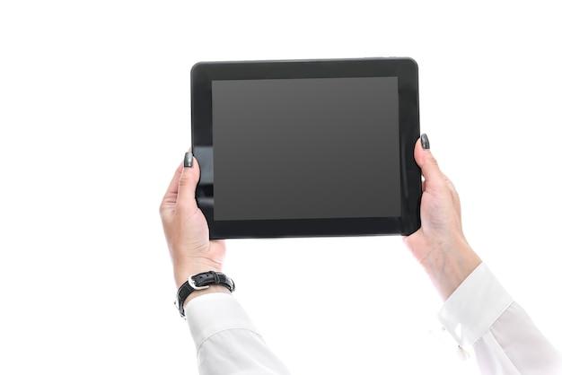 Weibliche hände, die tablette mit leerem bildschirm nah zeigen