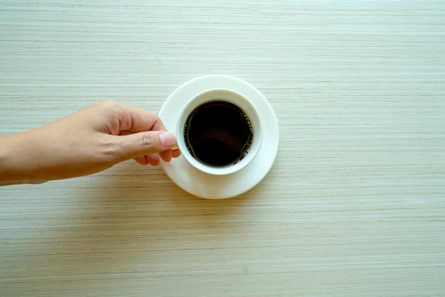 Weibliche hände, die tasse kaffees halten