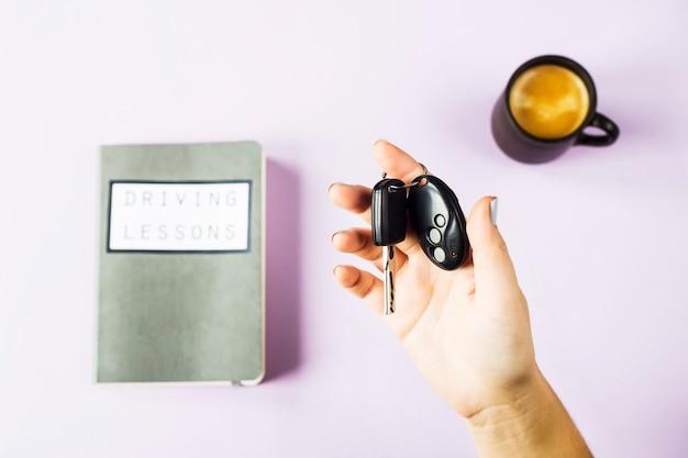 Weibliche hände halten die autoschlüssel