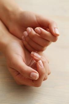 Weibliche hände. hautpflege- und manikürekonzept