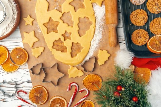 Weibliche hände machen kekse aus frischem teig zu hause