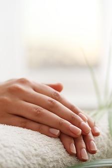 Weibliche hände. maniküre-konzept