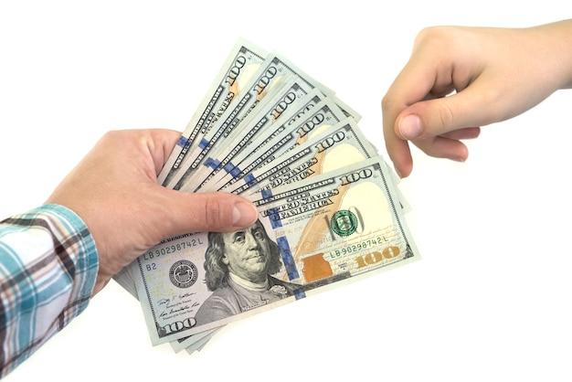 Weibliche hände mit dollar lokalisiert auf weißem hintergrund. konzept des nehmens oder gebens von dollars. nahansicht.