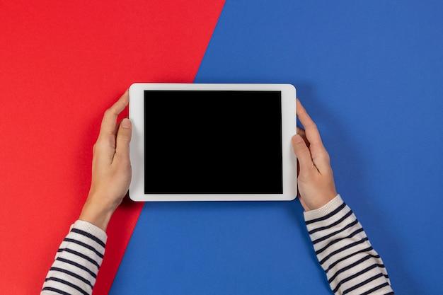 Weibliche hände mit tablet-computer-draufsicht