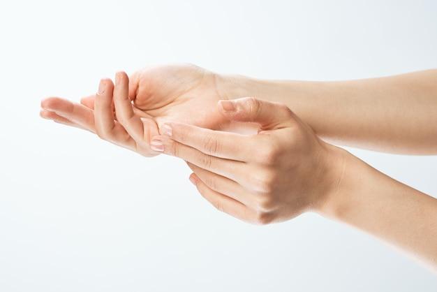 Weibliche hände üben die gesundheit der hautpflegefinger aus