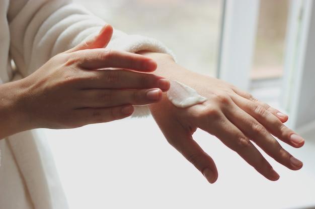 Weibliche hände und glas sahne nahaufnahme mit platz für text