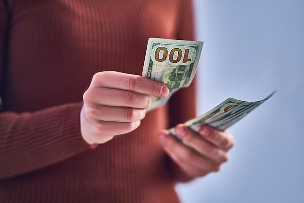 Weibliche hände zählen geld