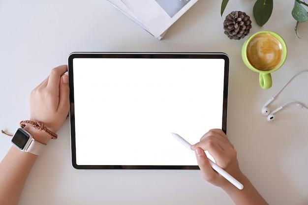 Weibliche hand der draufsicht unter verwendung der digitalen zeichnungstablette