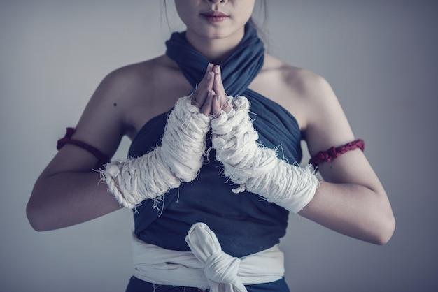 Weibliche hand der nahaufnahme des boxers mit weißen verpackenverbänden.