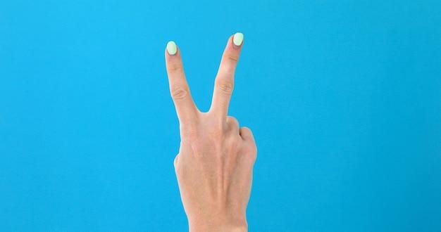 Weibliche hand der nahaufnahme, die von 0 bis 5 zählt