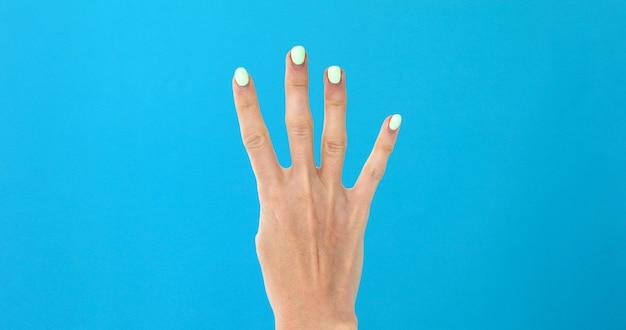 Weibliche hand der nahaufnahme, die von 4 zählt