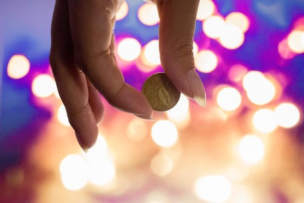 Weibliche hand, die 10 brasilianische cents hält