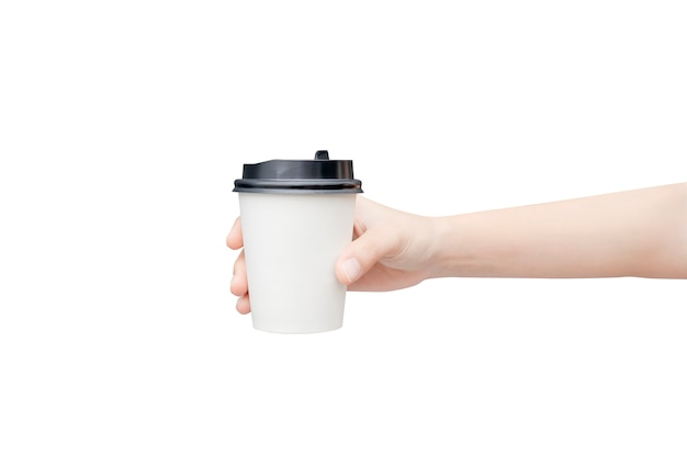 Weibliche hand, die eine kaffeepapiertasse auf weiß hält