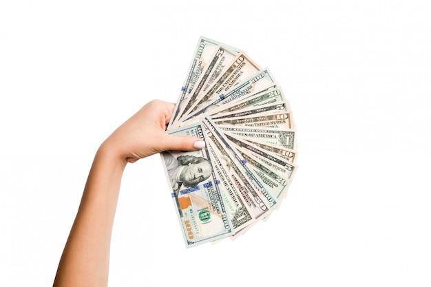 Weibliche hand, die einen fan von dollarbanknoten hält