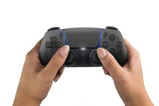 Weibliche hand, die einen schwarzen gamecontroller der nächsten generation lokalisiert auf weißem hintergrund hält.