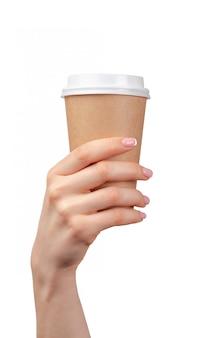 Weibliche hand, die einwegkaffeetasse hält