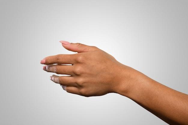 Weibliche hand, die etwas hält