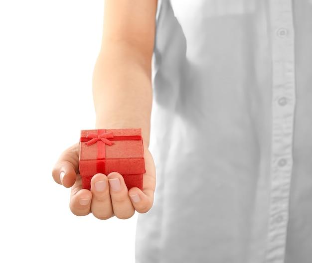 Weibliche hand, die geschenkbox, nahaufnahme hält