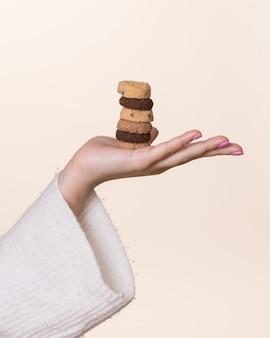 Weibliche hand, die kekse hält