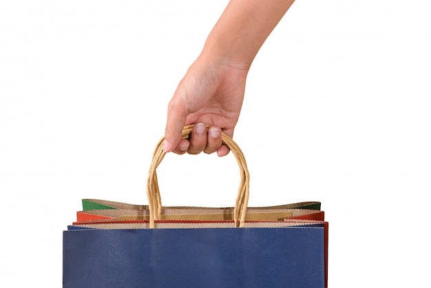 Weibliche hand, die leere bunte papaer einkaufstaschen hält