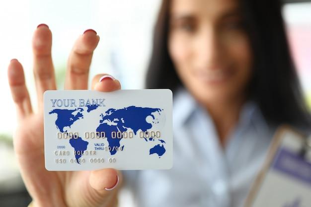 Weibliche hand, die plastikkarte hält
