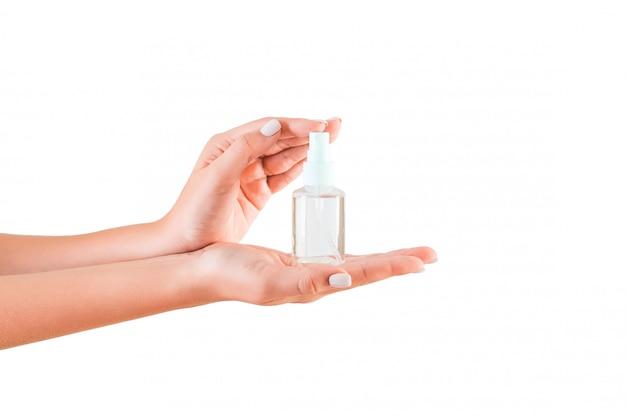 Weibliche hand, die sahneflasche lotion hält