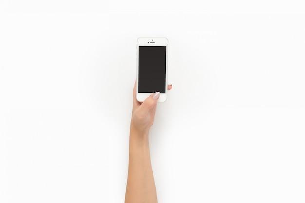 Weibliche hand, die telefon einschaltet