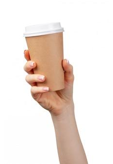 Weibliche hand, die wegwerfbare kaffeetasse isoliert hält
