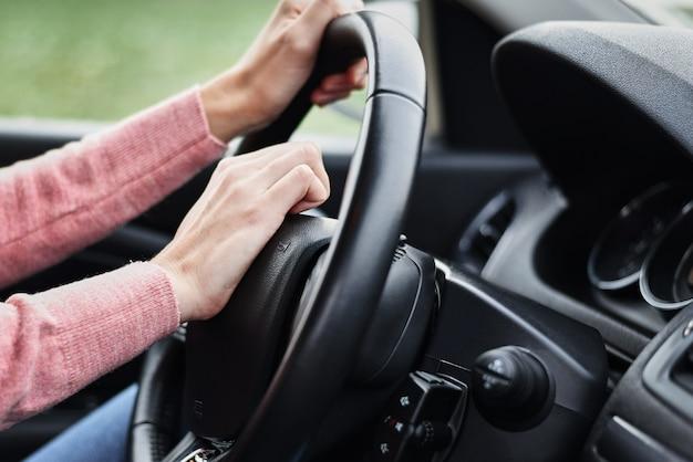 Weibliche hand drückte hupenknopf während der fahrt des autos