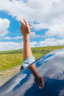 Weibliche hand gegen himmel