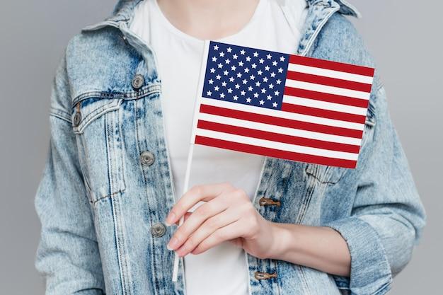 Weibliche hand hält amerika flagge isoliert