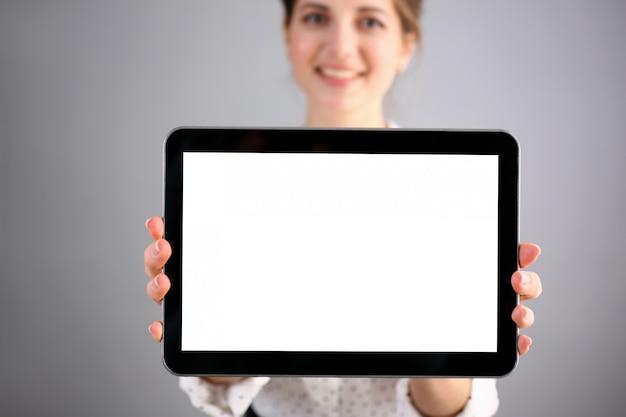 Weibliche hand hält schwarzen rahmen tablet pad