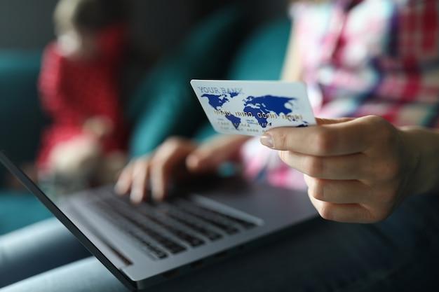 Weibliche hand halten weißen plastikkreditkarten-nahaufnahmehintergrund