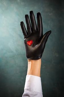 Weibliche hand in einem schönen lederhandschuh