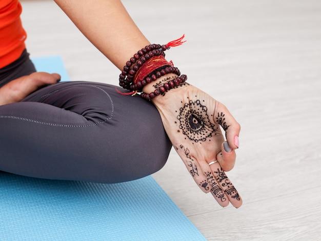 Weibliche hand mit der mandala, die ein mudra durchführt