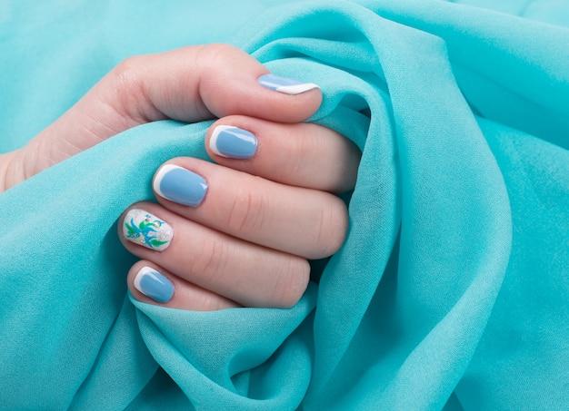 Weibliche hand mit gepflegten nägeln