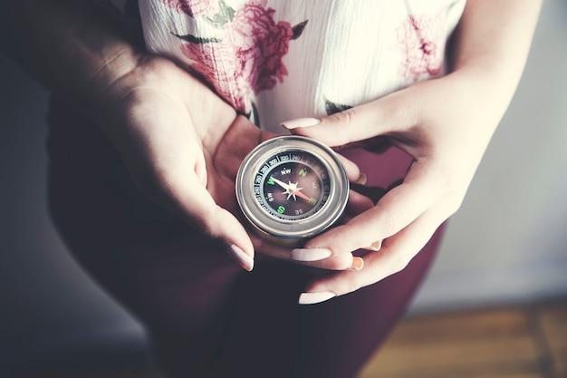 Weibliche hand mit kompass