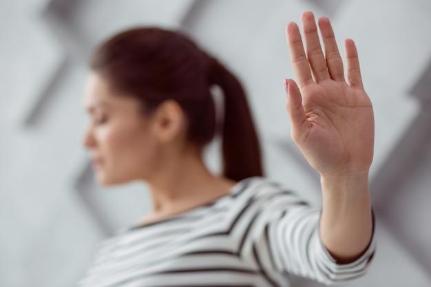 Weibliche hand. selektiver fokus einer hand einer freudlosen, netten, depressiven frau, die ihnen gezeigt wird