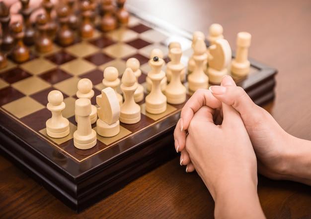 Weibliche hand spielt schach.